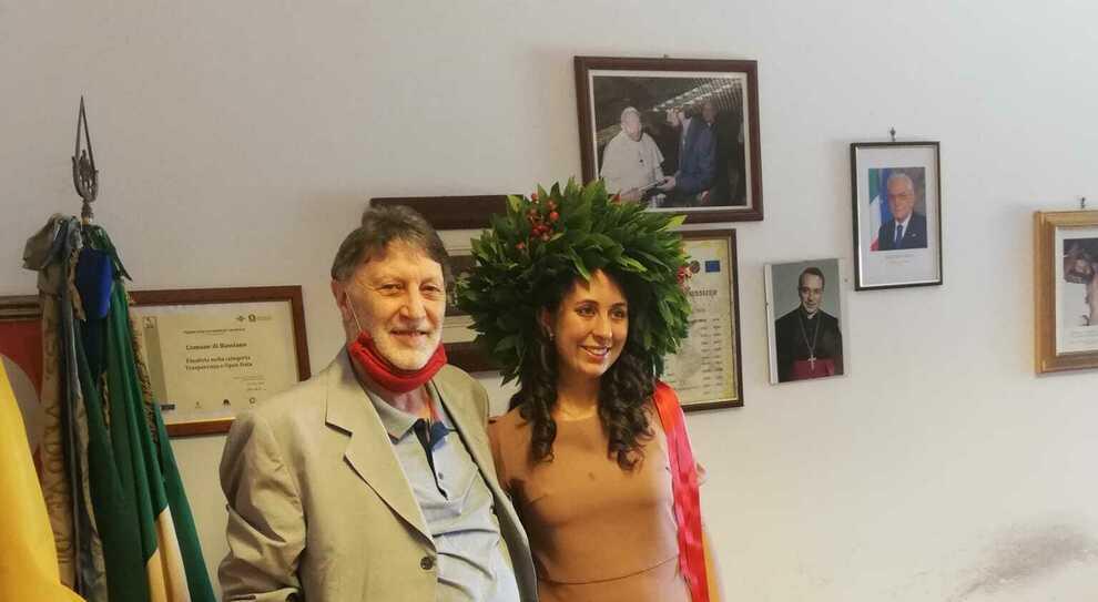 Il sindaco Guidi con la neo laureata