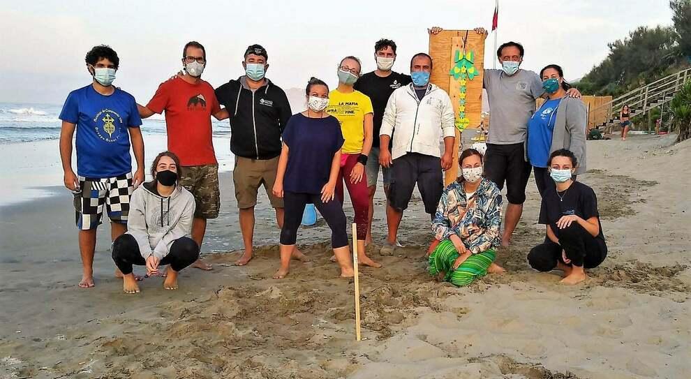 Il gruppo di volontari che ha aiutato le ultime 20 tartarughe ad emergere in fretta, prima della mareggiata