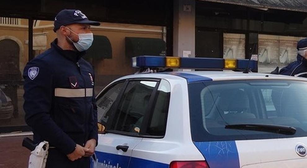 Multato sei volte, ritirata la licenza a un ambulante no mask