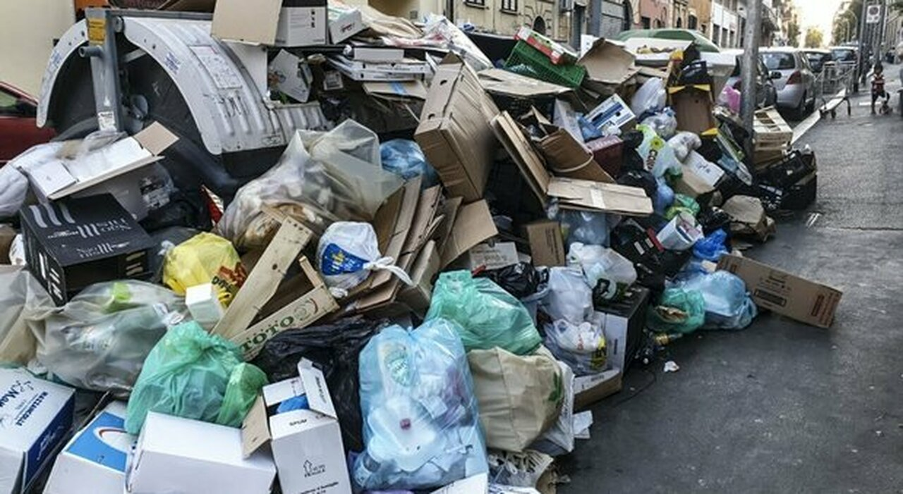 Emergenza rifiuti a Roma, ispezioni delle Asl: «Rischio epidemia»
