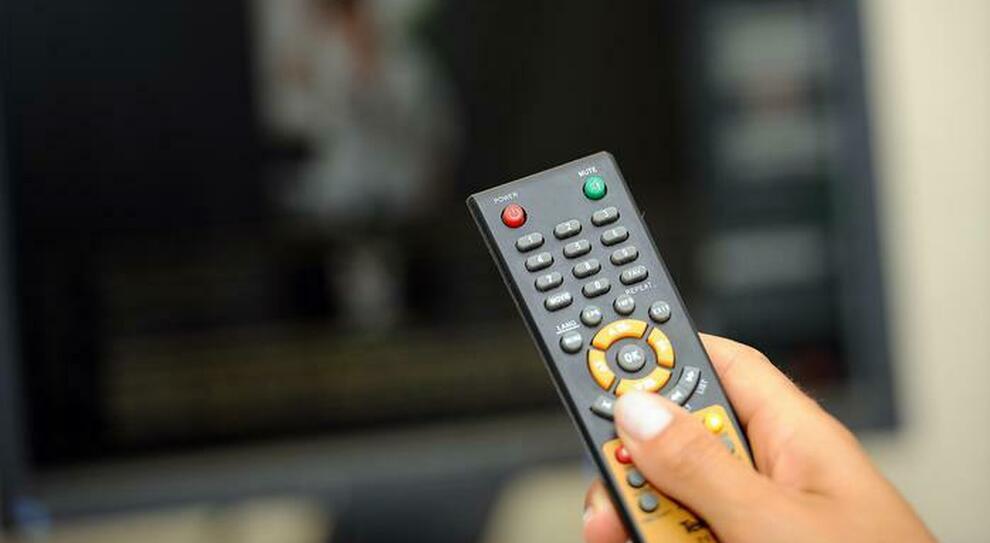 Abbonamenti e streaming tv illegali, clienti nei guai. L'avviso sullo schermo: «Non puoi vedere questo canale»
