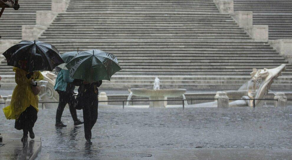 Maltempo, a Roma allagamenti e alberi crollati. Caos Ostia, stabilimento spazzato via dal vento