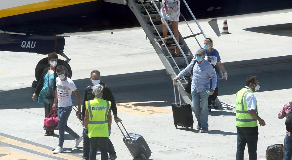 Primo volo dalla Romania: «Passeggeri in quarantena» (Fotomax)