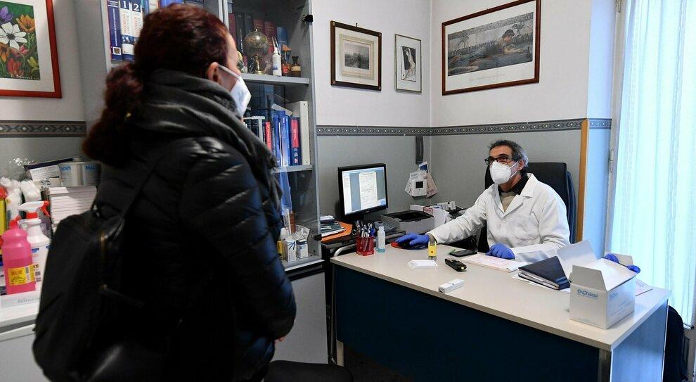 Vaccini col contagocce ai medici del Lazio: «Niente Pfizer, 10 dosi per studio»