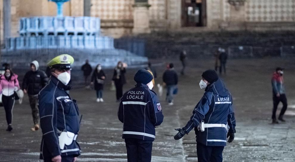 Perugia, controlli in centro della polizia municipale l'ultimo giorno di zona arancione