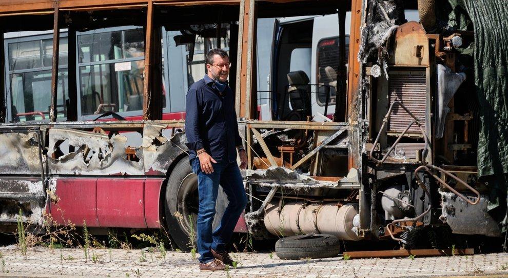 Roma, Salvini al deposito Atac: «Qui vicino campo rom tollerato da Raggi: faccia subito censimento»
