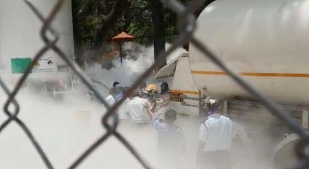 India fuori controllo: 300mila casi in 24 ore (e 2.000 morti), manca l'ossigeno ed è boom sul mercato nero