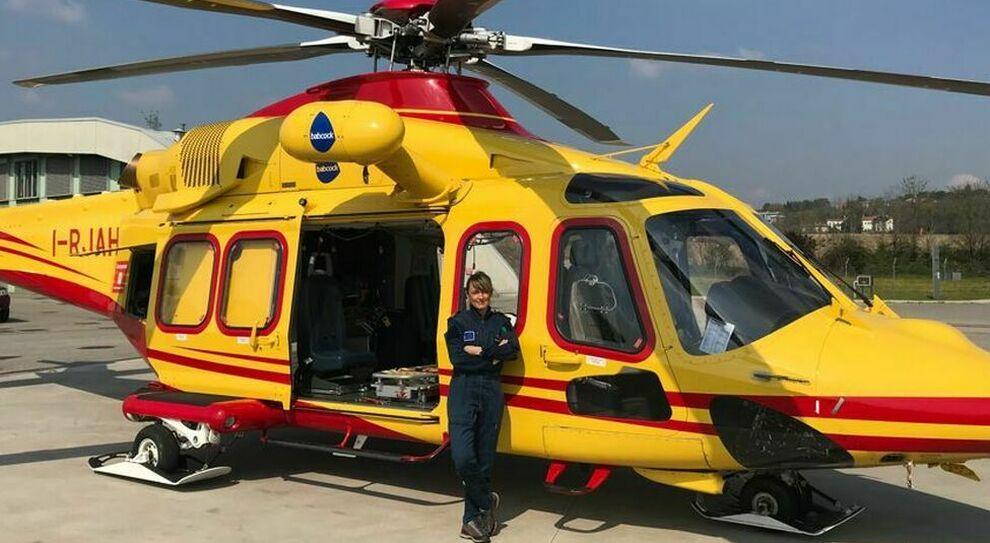 Serena Caruso, pilota di elisoccorso e psicologa: «In volo salvo vite, anche malati Covid»