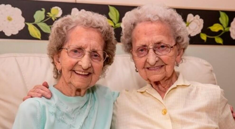 «Il vaccino è arrivato» ma una delle gemelle più anziane della Gran Bretagna era morta due giorni prima