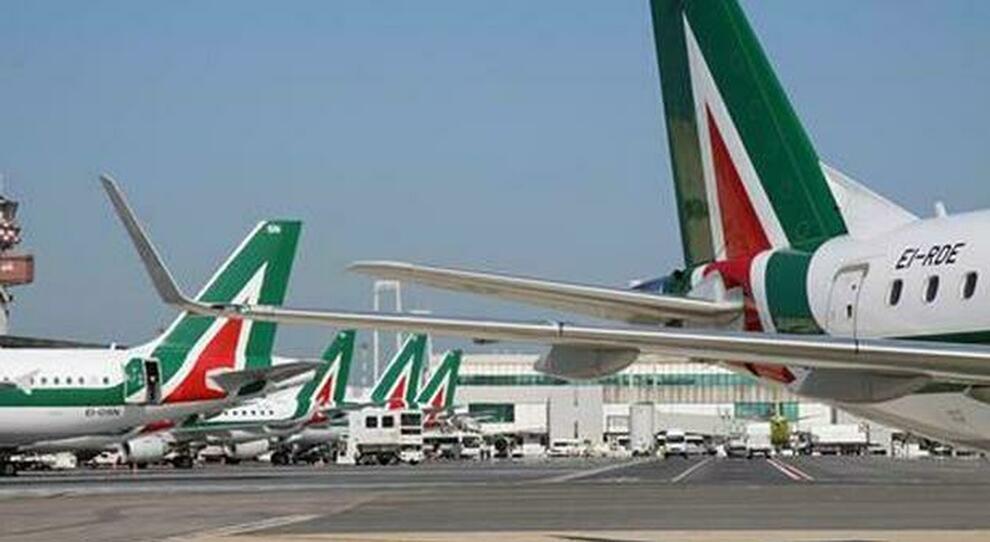 Alitalia, stipendi pagati in due rate il 3 e il 4 maggio. Vestager avverte: evitare scelte irreversibili