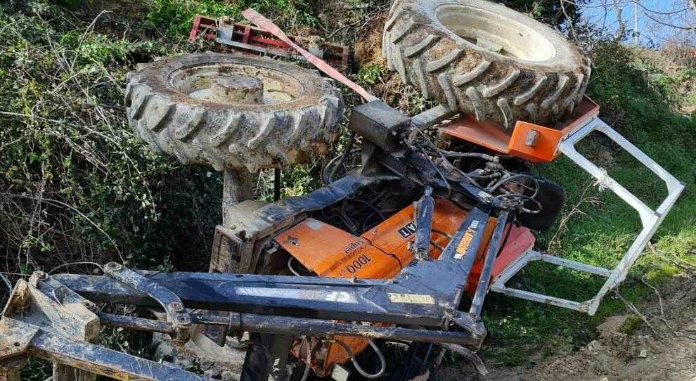 Incastrato per tre ore sotto il trattore ribaltato senza poter chiedere i soccorsi