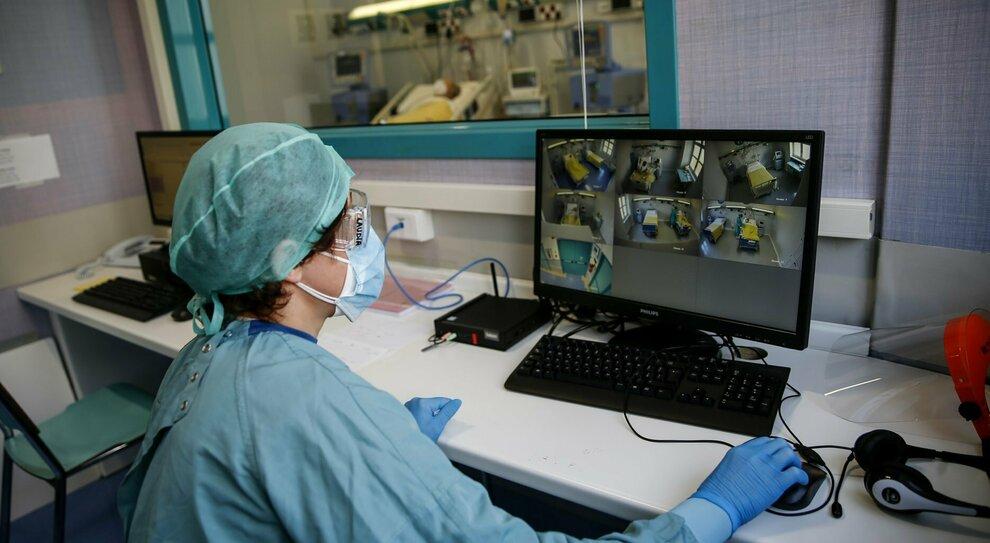 Un'operatrice segue al computer l'andamento dei dati registrati nella Sabina