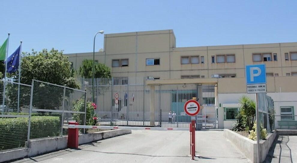 Detenuto suicida in carcere: aveva chiesto più volte l'estradizione. Capece (Sappe): «Eliminare l'ozio nelle celle»