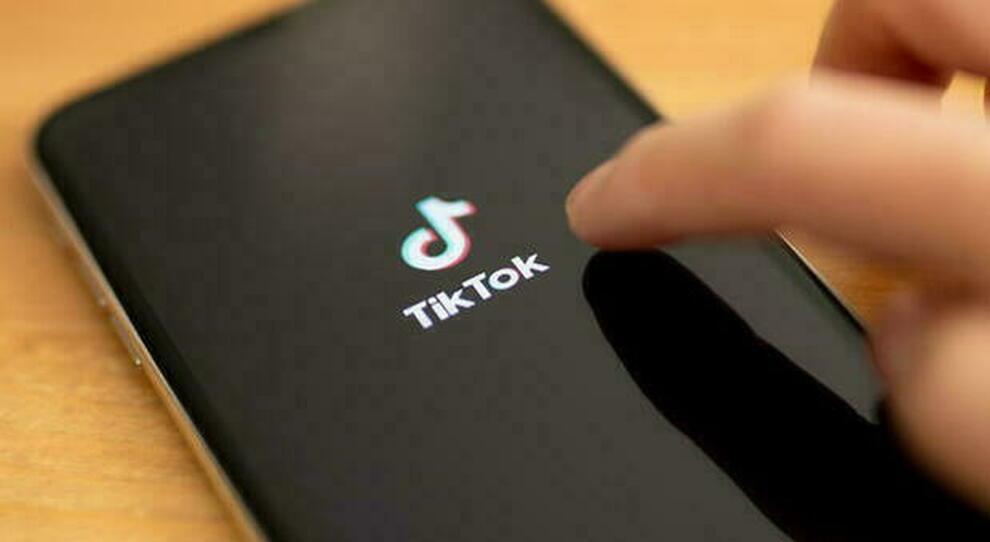 Ivrea, si impicca a dodici anni: l'ombra della sfida social su TikTok. «Dovevano morire in tre»
