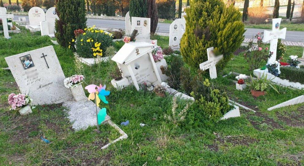 Trigoria, cimitero pieno e le tombe sprofondano per l'incuria: tra i loculi danneggiati quello di Riccardo Schicchi