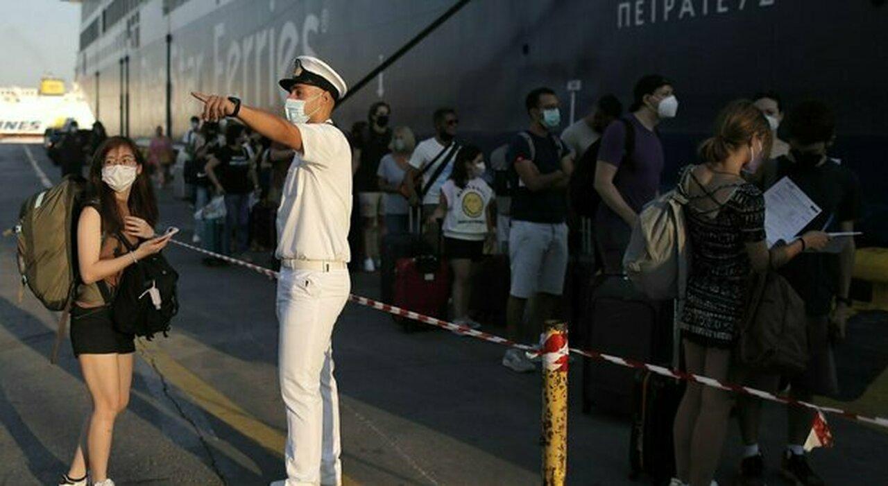 Covid, oltre 500 italiani bloccati dal virus all'estero. «Fateli tornare»