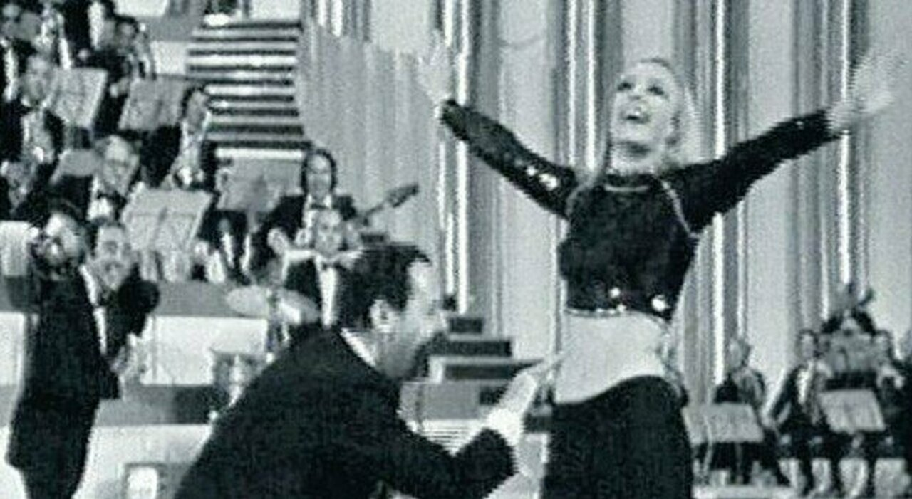 Raffaella Carrà e Alberto Sordi nel Tuca Tuca a Canzonissima 1970