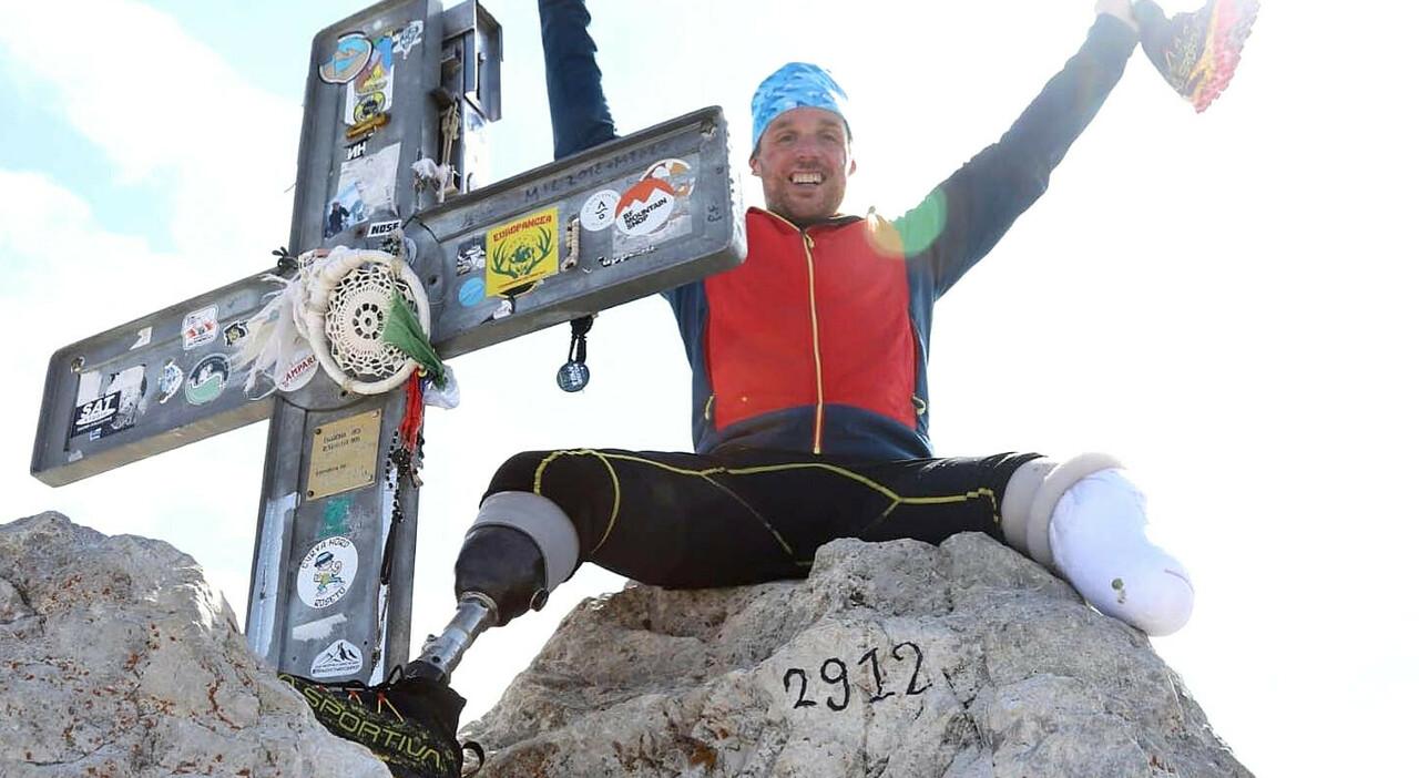 Gran Sasso, grande impresa dell'alpinista senza gambe: scalato il Corno Grande con le protesi