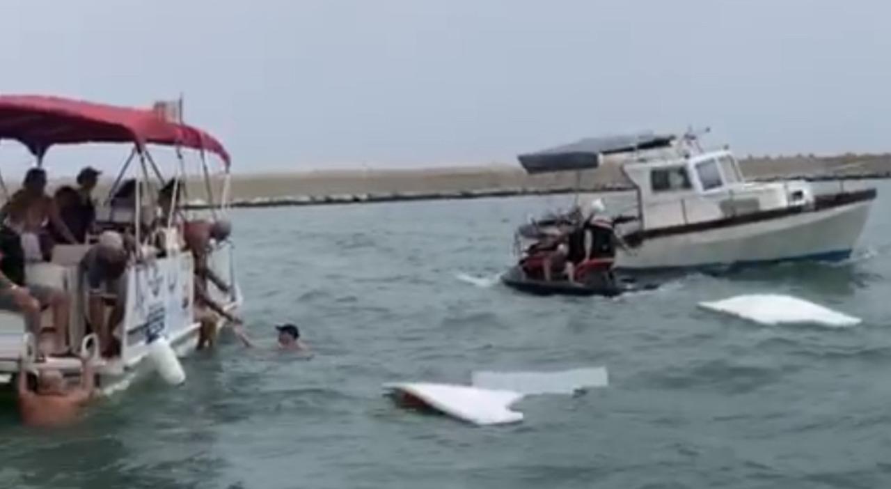 Il salvataggio delle cinque persone dopo l'affondamento della barca FOTO URBINI