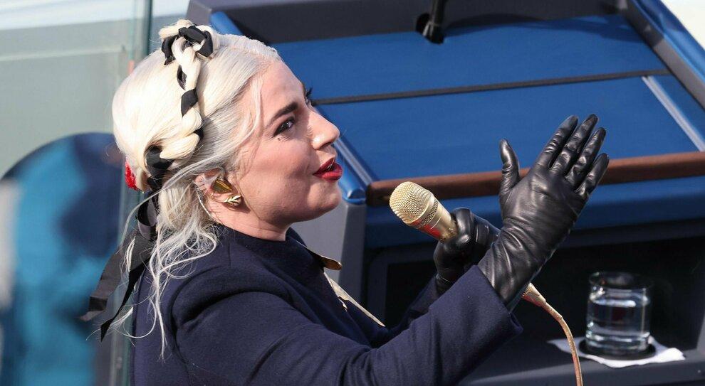 Lady Gaga canta l'inno durante l'Inauguration Day di BIden