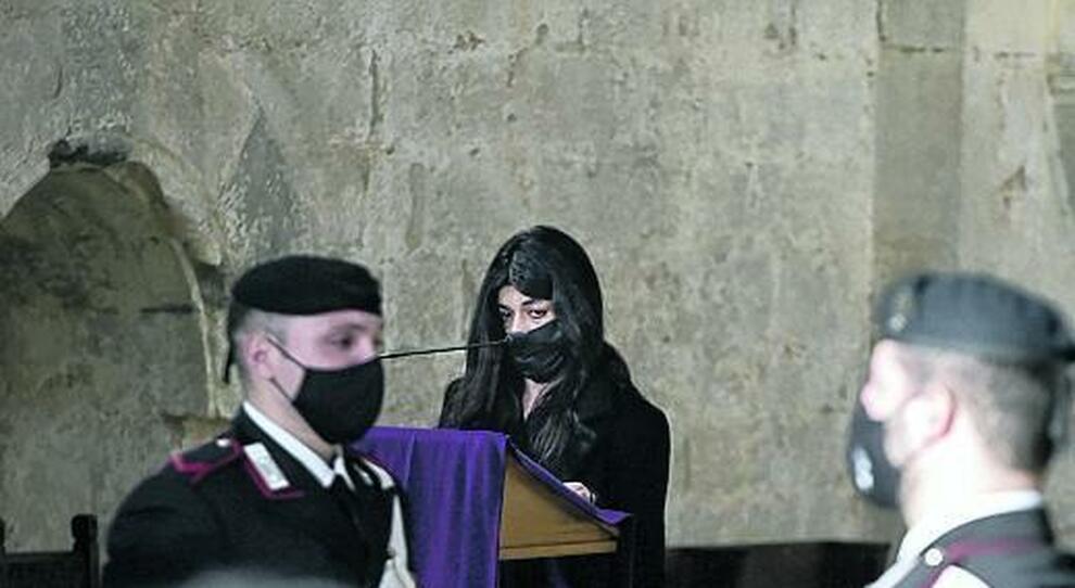 La fidanzata di Vittorio durante il suo intervento