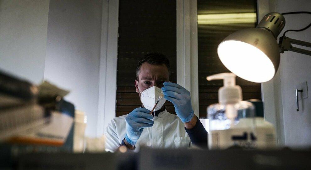 Vaccino AstraZeneca, dubbi per anziani ed efficacia al 60%. L'Italia cambia il suo piano