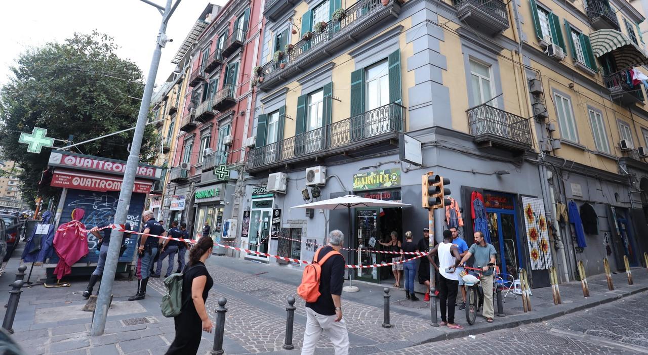 Napoli, bimbo morto cadendo dal balcone: «Un tonfo, poi quelle urla  strazianti davanti al corpicino a terra»