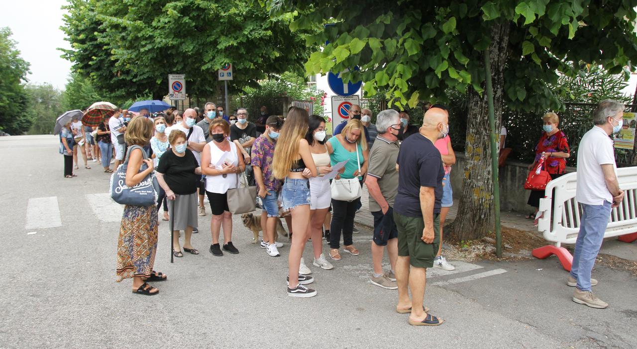 Caccia al Green pass e sui vaccini, ritorna la fila davanti alla scuola: «Ormai è giusto farlo»