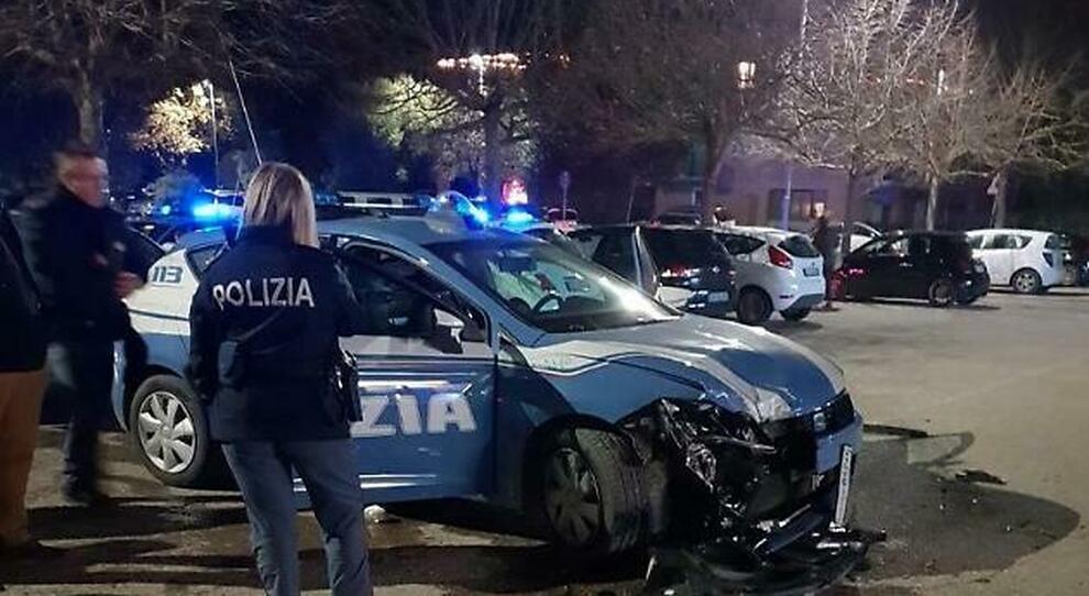 Roma, rom in fuga sulla Tiburtina speronano 4 volanti della polizia: l'inseguimento è da film
