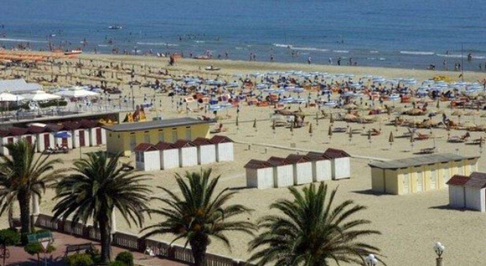 Covid, le misure anti contagio in spiaggia per l'estate 2021: dalla distanza tra ombrelloni all'entrata su prenotazione