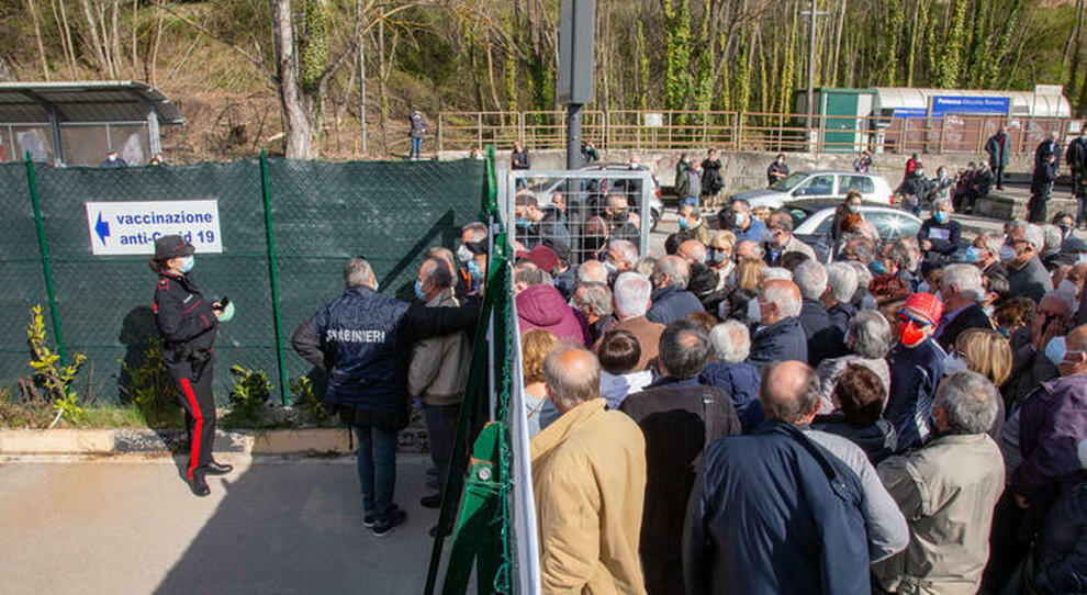 Centinaia in fila a Potenza per l'AstraZeneca