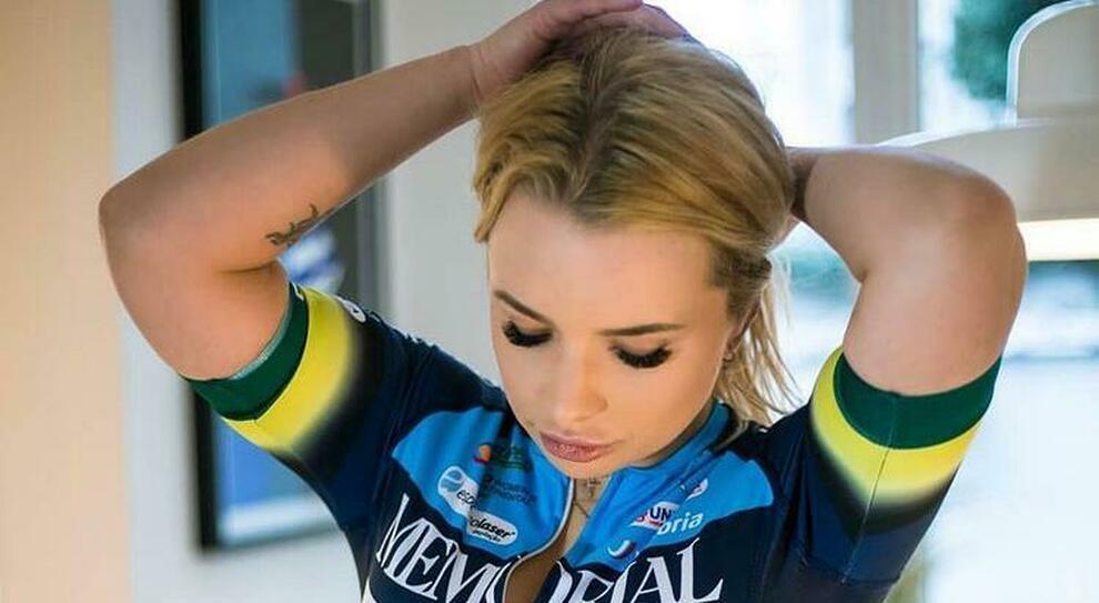 L'ex ciclista Tara Gins licenziata per un calendario... troppo hot
