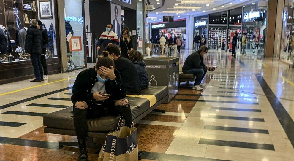 Covid Roma, quali negozi restano aperti nel weekend? La mappa dello shopping, da Ikea a Porta Portese