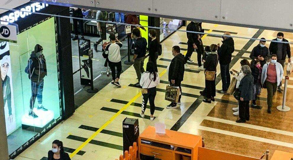 Negozi, bar e centri commerciali: quali sono aperti? Zone arancioni e rosse, ecco la mappa
