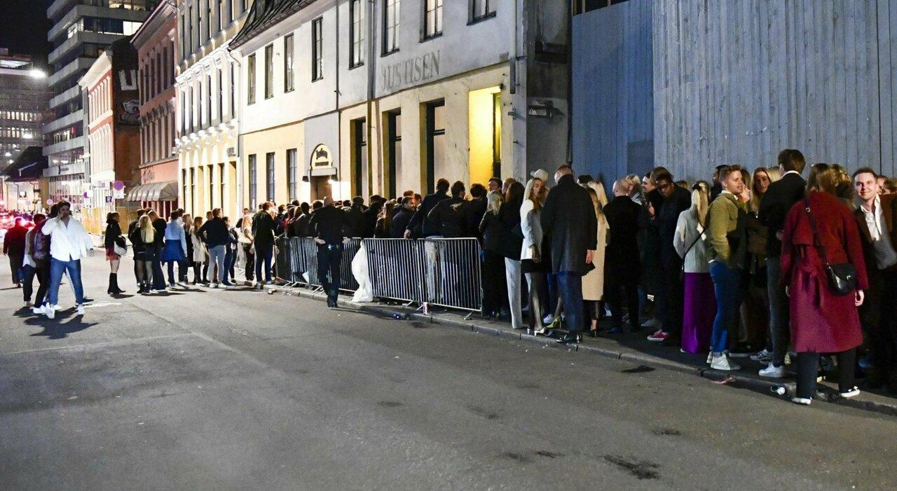 Norvegia, tolte tutte le restrizioni e niente Green pass: ragazzi in festa in strada tra resse e code