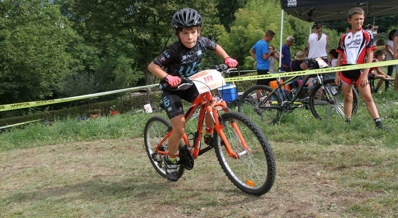 La piccola Petra Lucca durante una gara di mountain bike
