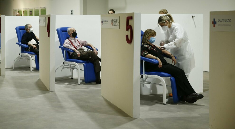 Vaccini Lazio, prenotazione da oggi per chi ha da 18 a 49 anni (ma con patologie). Chi può avere le dosi, i centri e il farmaco somministrato