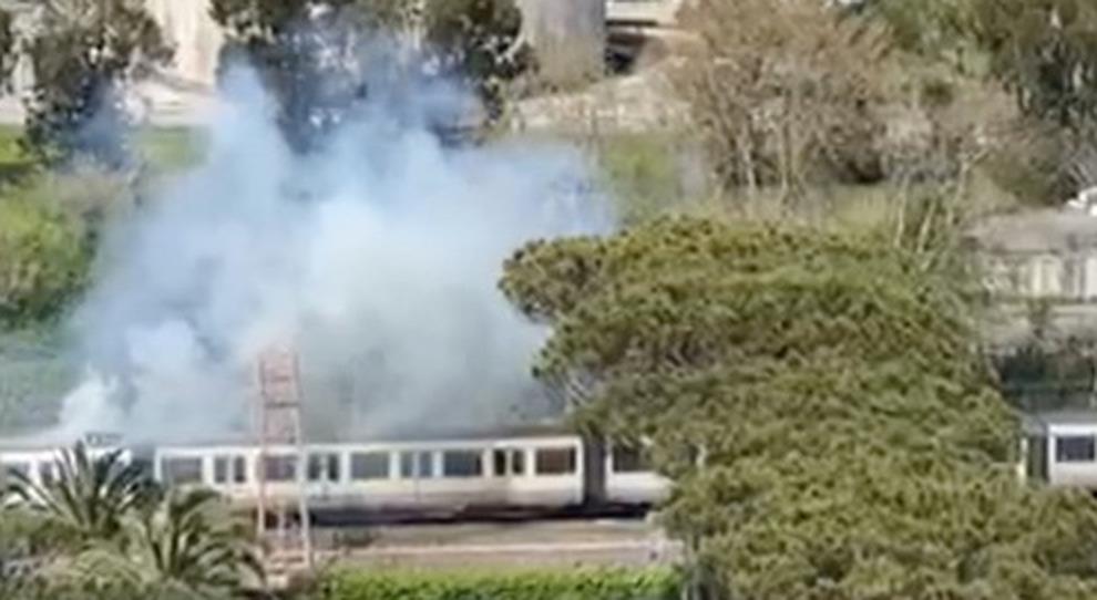 Roma-Lido, incendio sul treno: panico, fiamme e fumo. Sfiorata la tragedia
