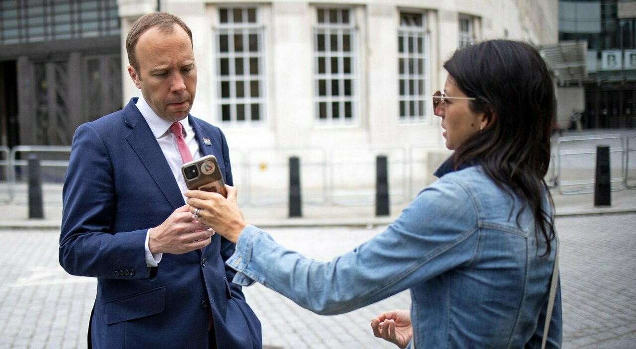 Matt Hancock, ministro della salute britannico beccato con l'amante: «Chiedo scusa»