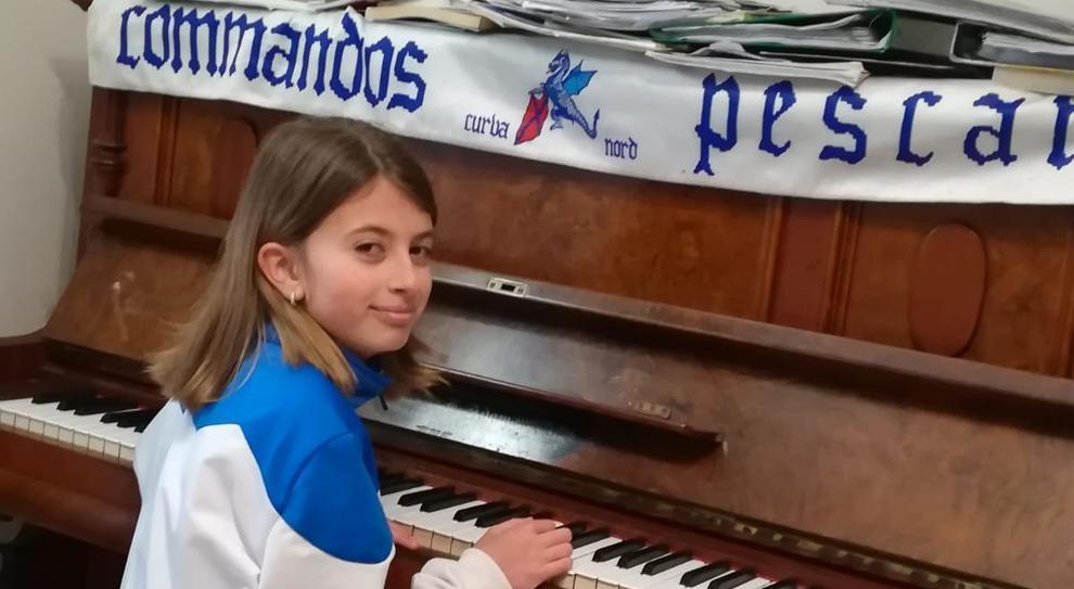 """La baby calciatrice suona al piano """"Che bello è"""", l'inno del Pescara Calcio: il video diventa """"virale"""" sul web"""