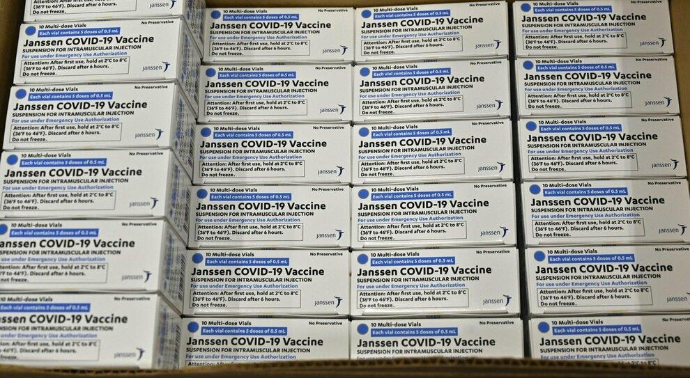 Vaccino, Johnson&Johnson in Italia dal 16 aprile: dosi subito ai medici di base. Come funziona il farmaco monodose