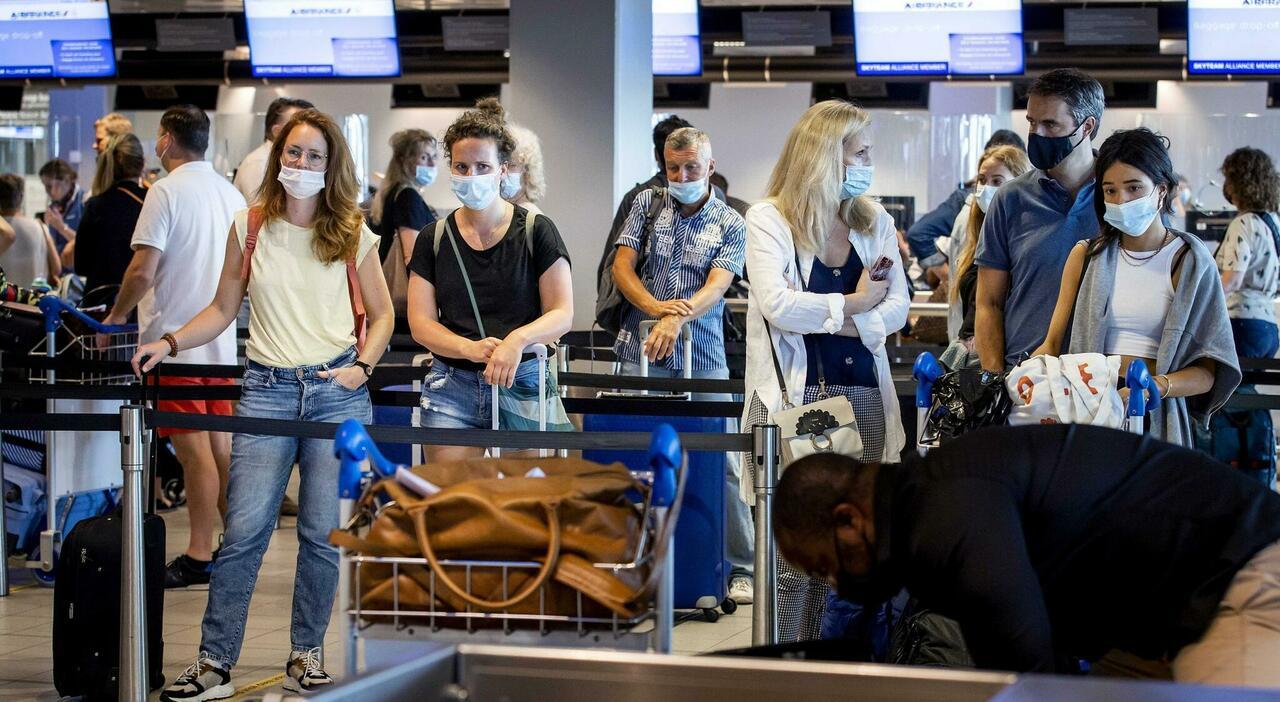 Viaggi da e all'estero, dai green pass alla quarantena ai Paesi vietati: tutte le regole per il turismo