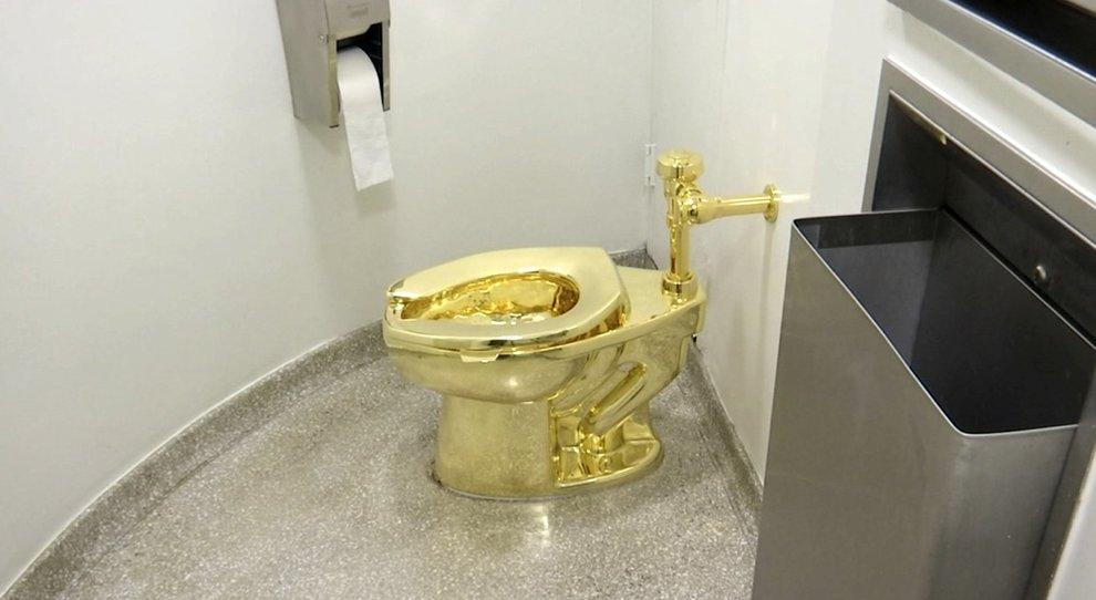 Il water d'oro di Cattelan rubato da palazzo storico: era stato offerto ai  Trump, vale un milione di euro
