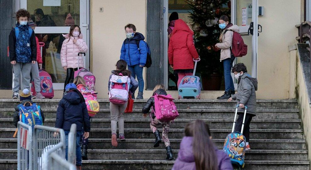 Lazio zona arancione, rientro a scuola con disagi: una classe su tre senza prof. «Fanno il ponte»