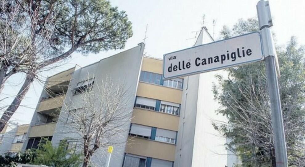 Roma, a Torre Maura l'assedio dei rom: «Occupano le case popolari»