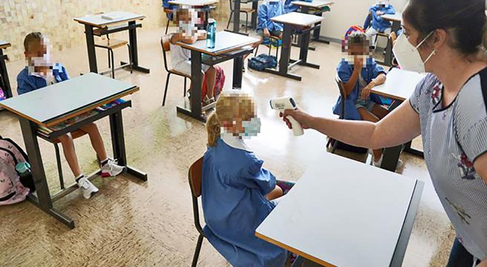 Misurazione della temperatura ai bambini in classe