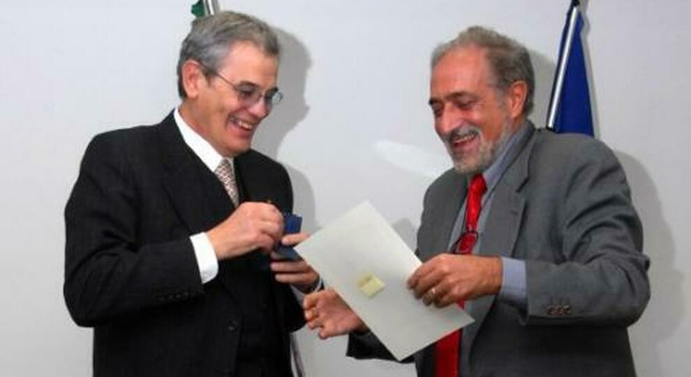 Felice Gagliardi (a sinistra) con il presidente dell'ordine dei medici in occasione del 40° anno dalla iscrizione