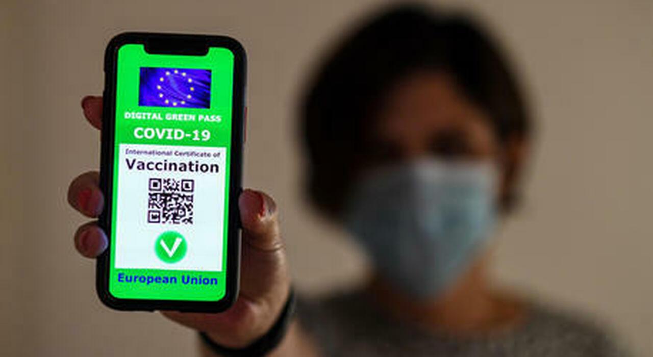 Green pass, ecco il primo effetto: 170mila persone prenotano la dose