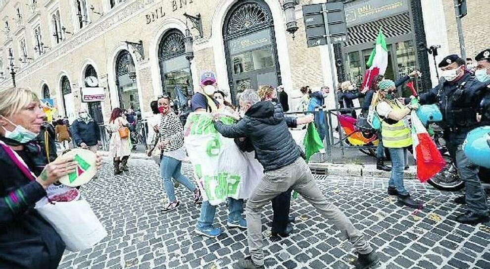 Alitalia, tensione e scontri in piazza. Stipendi salvi in extremis
