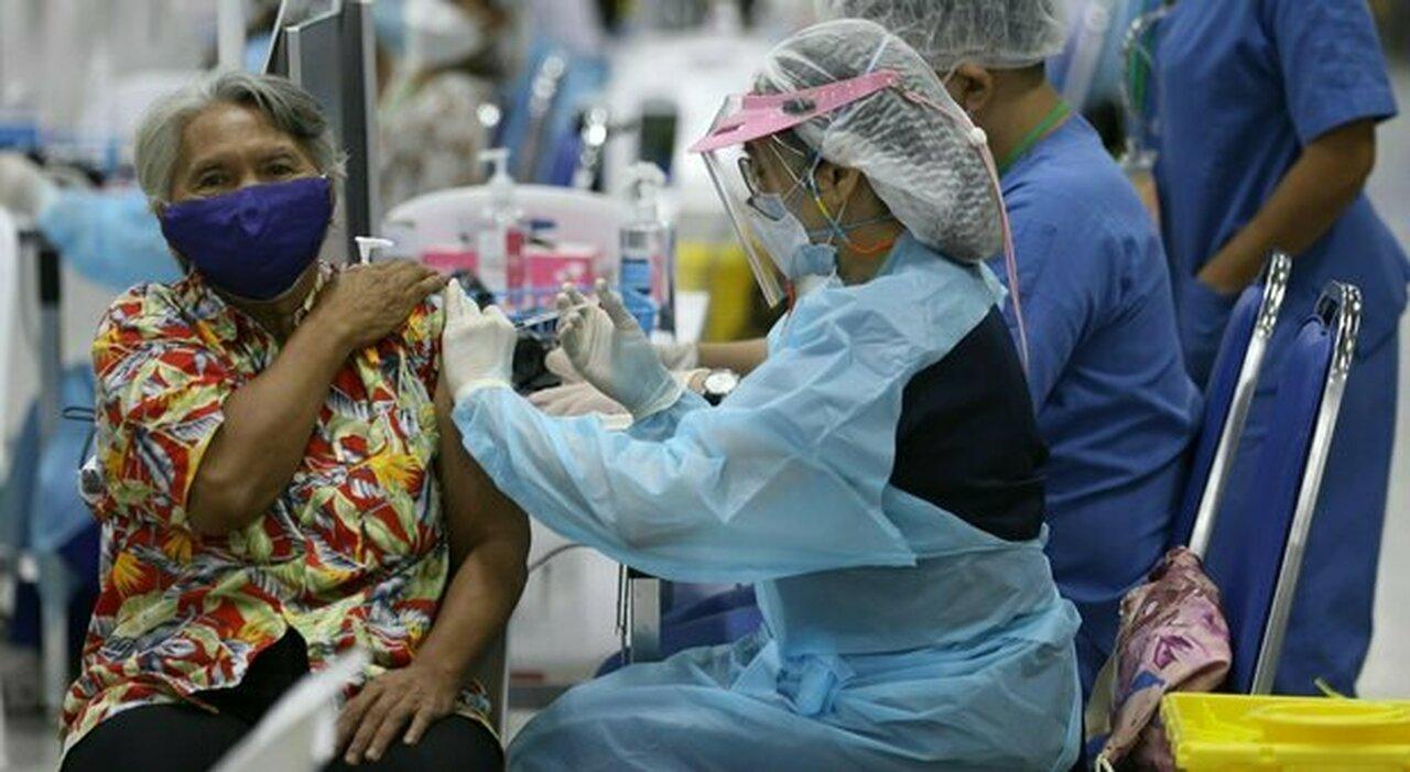 Vaccino, ecco il bonus: lotterie e auto per gli indecisi. A Hong Kong lingotti d oro e un appartamento